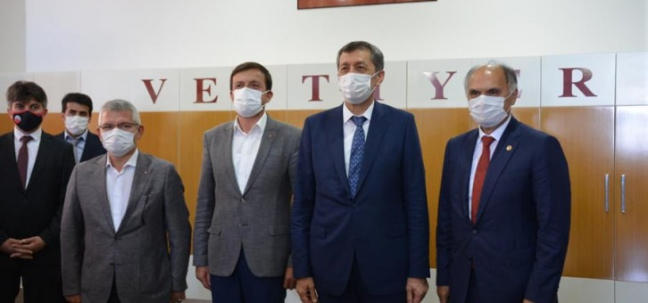 MİLLİ EĞİTİM BAKANI SELÇUK'A PROJE SUNDU